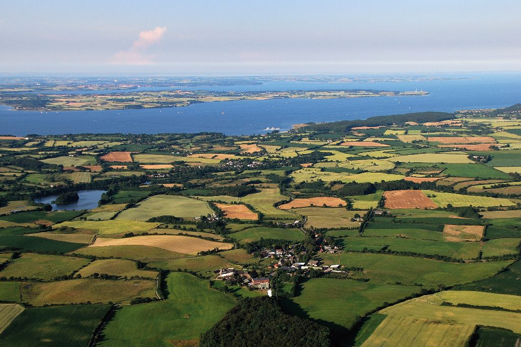 Luftbild von Feldern, Dörfern und der Ostsee.