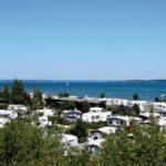 Ein Campingplatz mit vielen Wohnwagen direkt an der Ostseeküste.