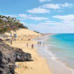 Mit dem Mietwagen schnell in Reichweite: Strand und türkisblaues Wasser an Küste der Kanarischen Inseln