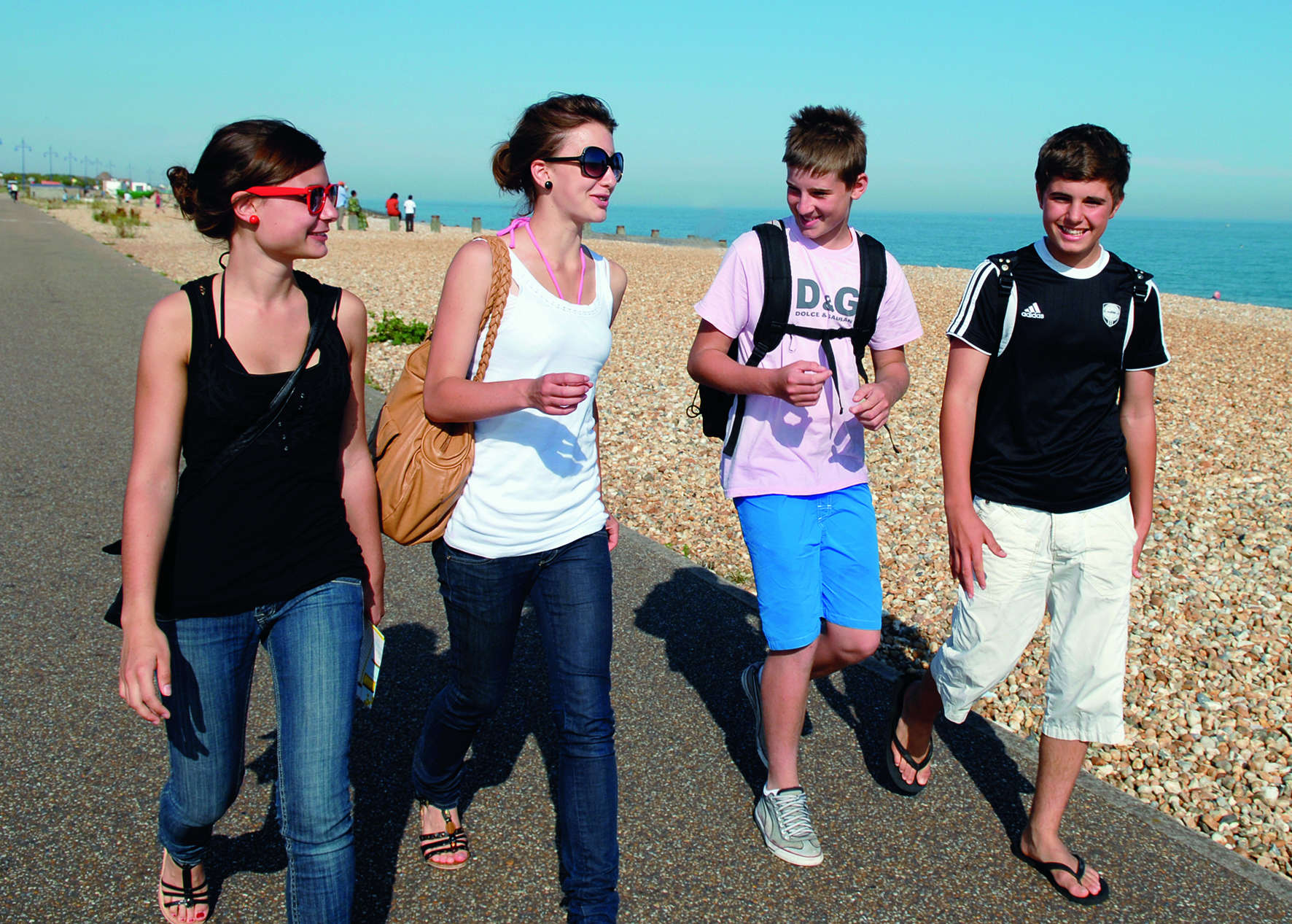 Schüler beim Strandspaziergang während einer Sprachreise