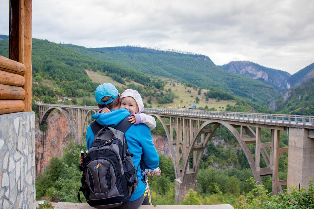 Vater mit Kleinkind auf einem Berg (mit Kindern fliegen)