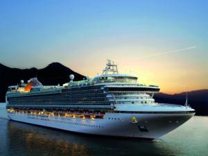 großes Kreuzfahrtschiff bei Sonnenuntergang (günstige Kreuzfahrten)