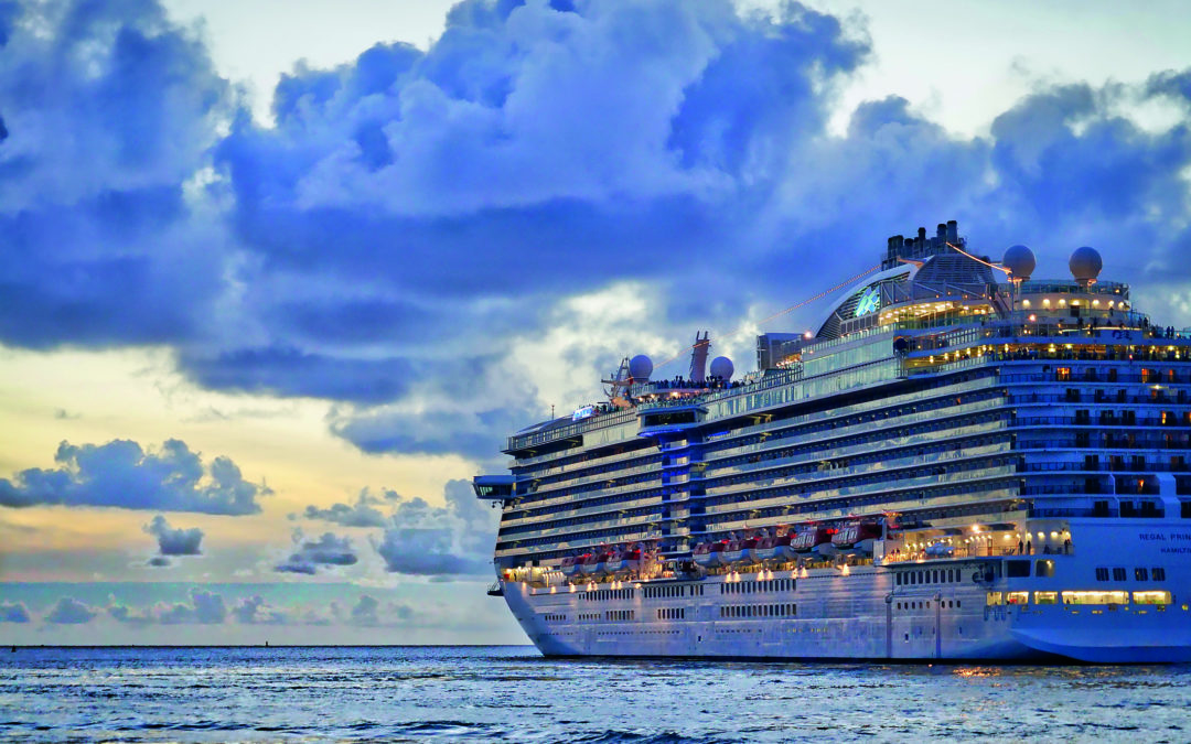 Großes Kreuzfahrschiff auf dem blauen Meer (günstige Kreuzfahrten)
