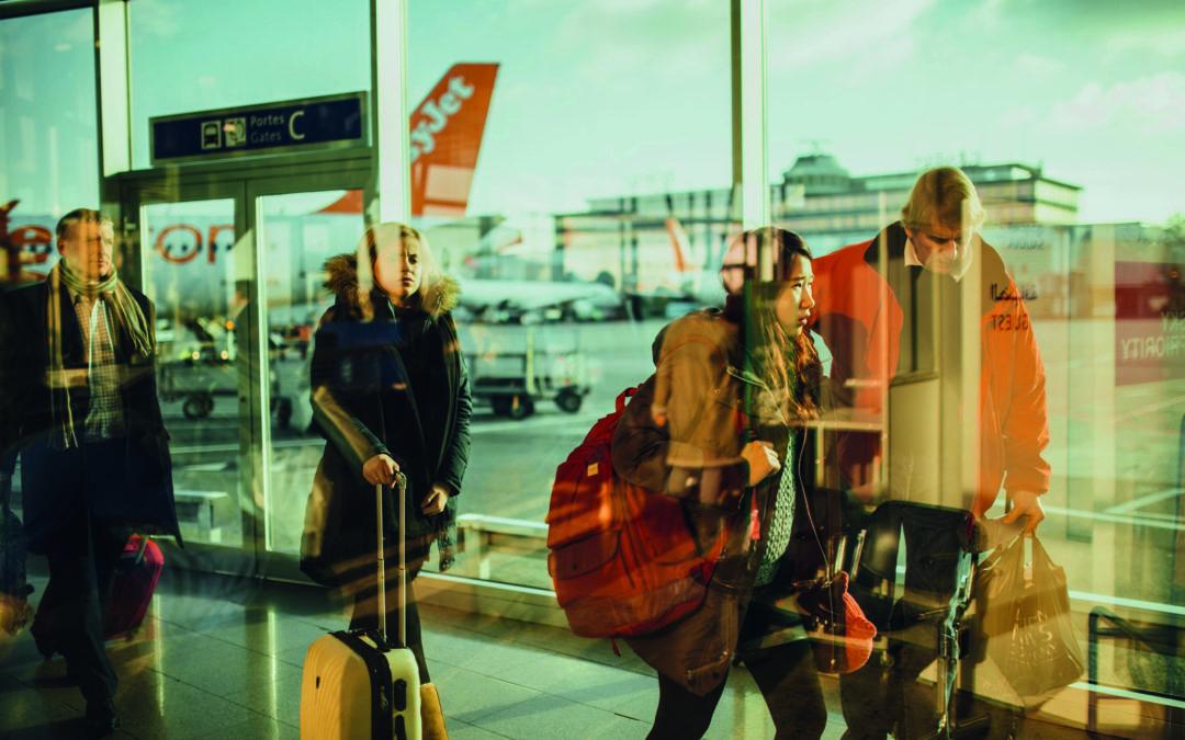 Sparen im Urlaub: Passagiere haben ihren Urlaub im Voraus organisiert und sind jetzt auf dem Weg zum Flugzeug.