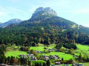 Eine Siedlung an Ferienimmobilien in den Alpen. Dies zählt als wichtige Geldanlage.