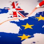 Auf einer Landkarte wird eine rote Linie zwischen Großbritannien und den restlichen EU-Mitgliedern gezogen (Urlaub in Großbritannien).