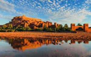 Urtümliche Bauten, Landschaft von Marokko (den richtigen Mietwagen buchen).